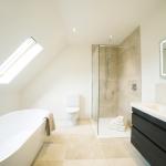 Salle de bains avec baignoire et douche (source : chaios.com)